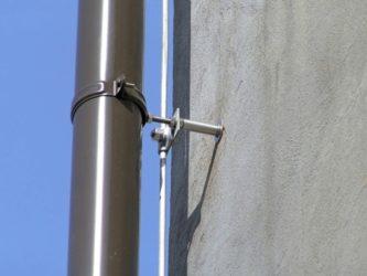 Крепление водосточной трубы к вентилируемому фасаду